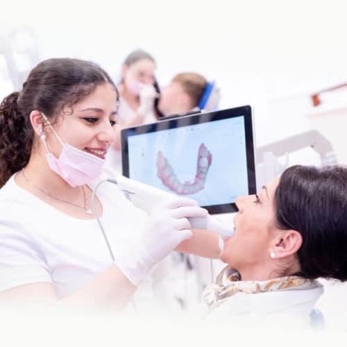 KFO Stelz | Frau Abu-Samra verwendet Intraoralscanner bei Patientin