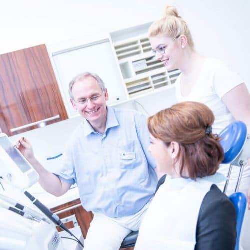KFO Stelz | Dr. Stelz behandelt Patientin