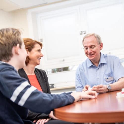 KFO Stelz | Beratungsgespräch mit Dr. Stelz, Patient und Elternteil