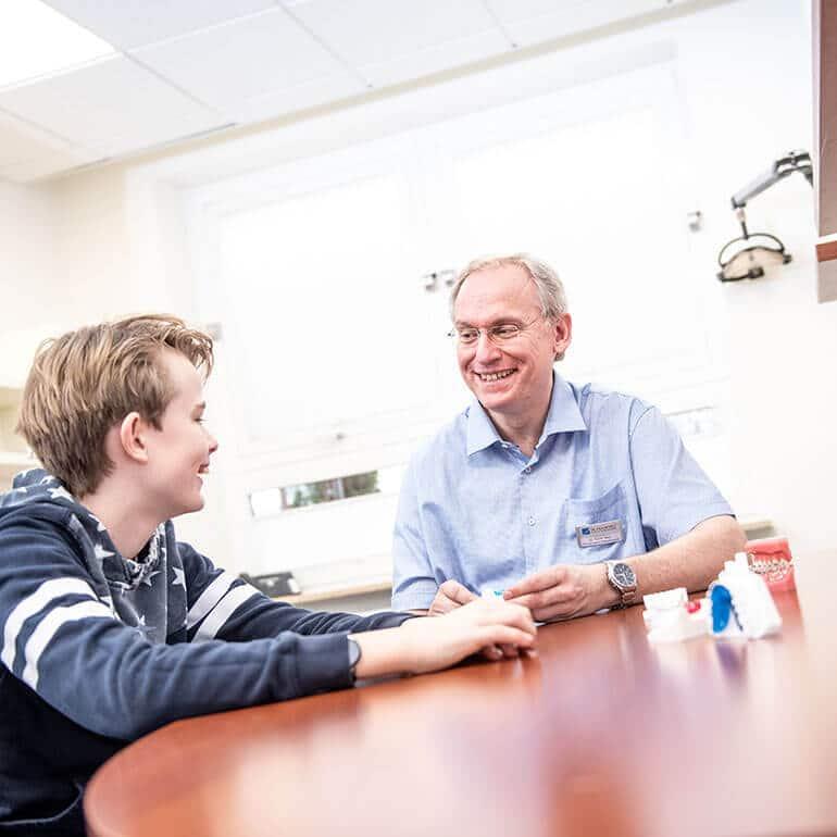 KFO Stelz | Beratungsgespräch mit Dr. Stelz und Patient