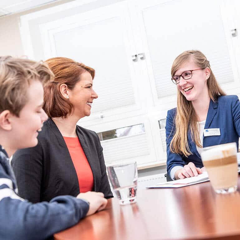 KFO Stelz | Beratungsgespräch mit Frau Berndt, Patient und Elternteil
