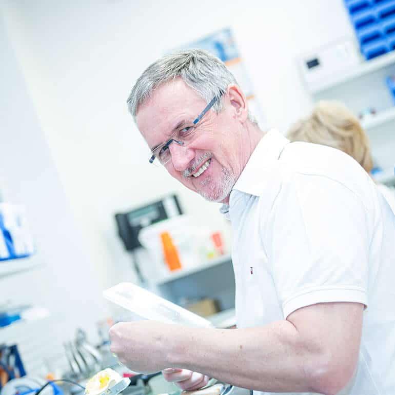 KFO Stelz | Herr Roth bei der Anfertigung der Behandlungsgeräte
