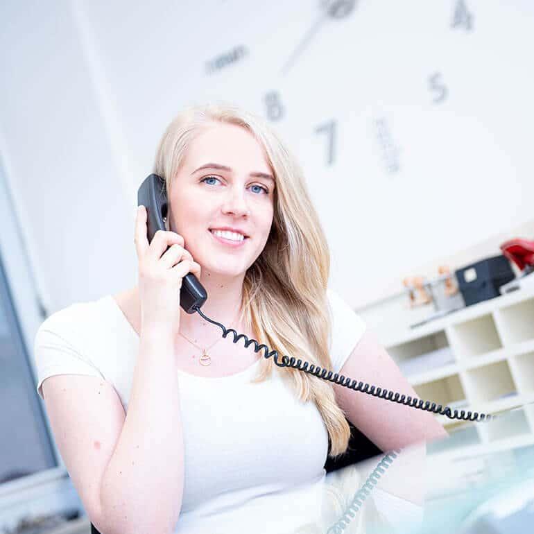 KFO Stelz | Frau Heyen im Telefongespräch