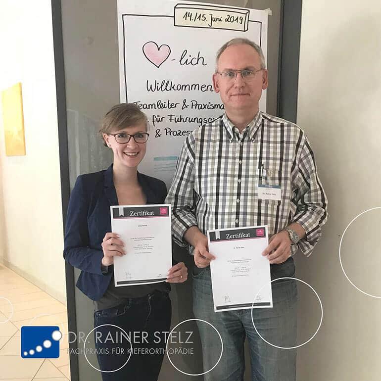 KFO Stelz | Fortbildungs-Zertifikat Frau Berndt und Herr Dr. Stelz
