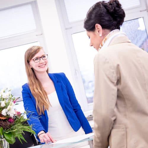 KFO Stelz | Frau Berndt berät Patientin zur Zusatzversicherung